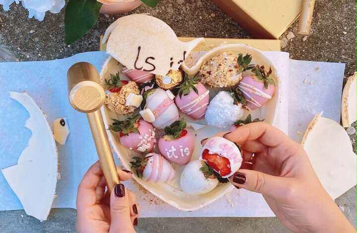 torta za otkrivanje pola deteta sa jagodama obojenim u roze