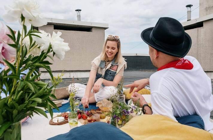 Prijatelji na pikniku na krovu kuće
